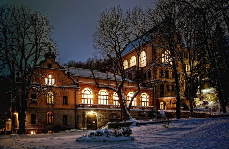 Theatersaal & Kurhaus von Außen bei Nacht im Winter